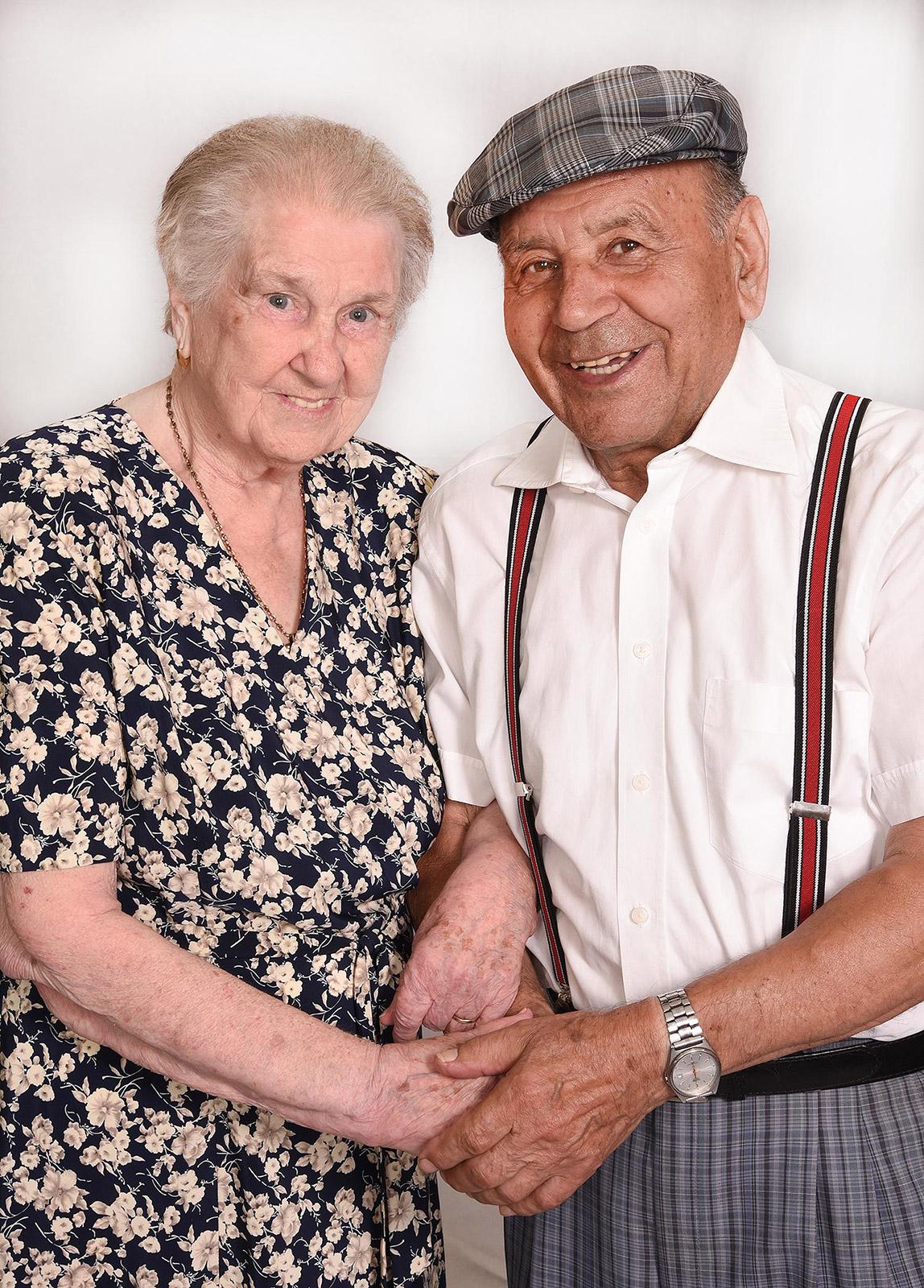 Älteres Paar Beim Händchen Halten